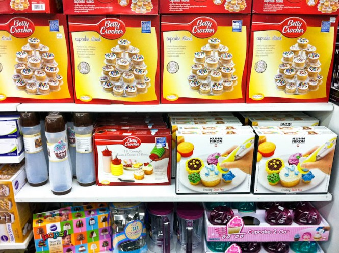 Betty Crocker Cupcake stands and cupcake decorating sets