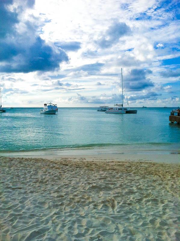 Beach and Aruba sea with boats
