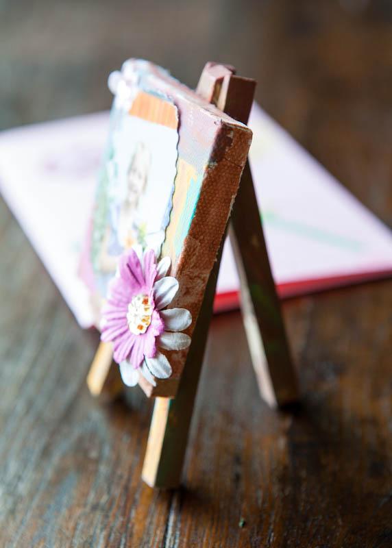 Mini easel canvas present