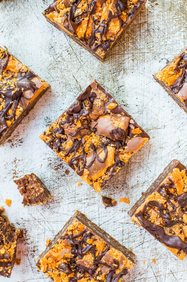 Chewy Chocolate Peanut Butter Butterfinger Bars (no-bake, GF) - Easy recipe at averiecooks.com
