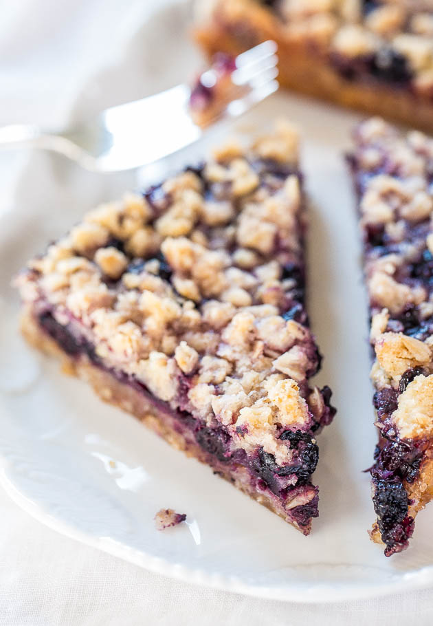 close up of blueberry bar with oatmeal crumble topping