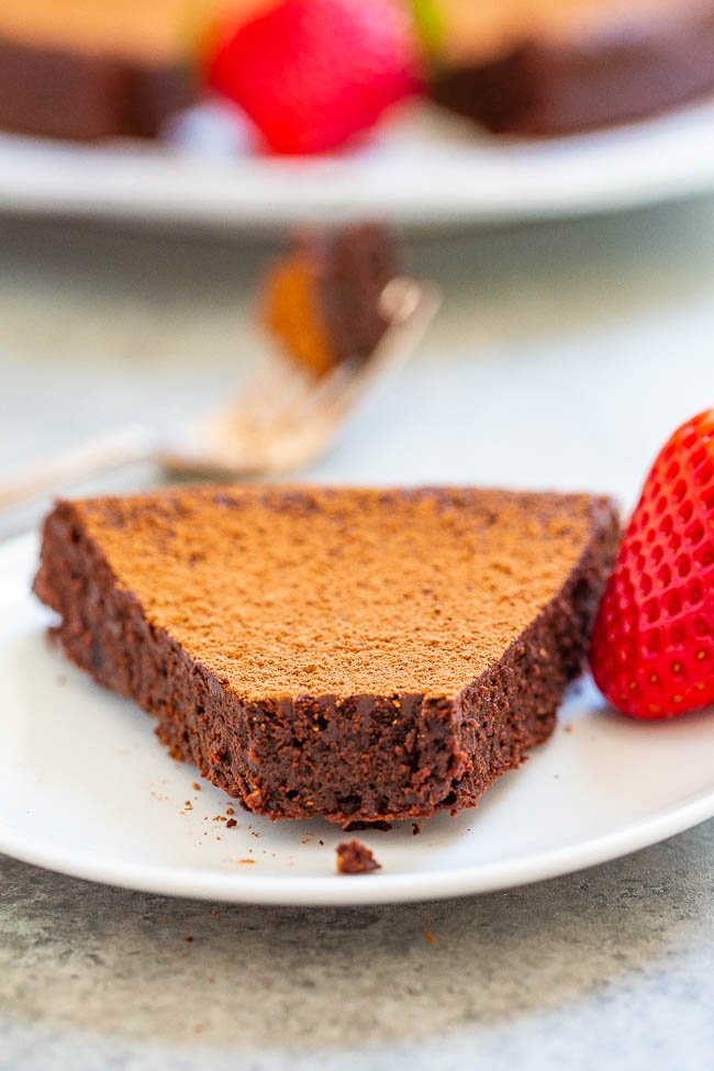 Flourless Chocolate Cake - A classy, elegant cake that's ultra rich, fudgy, and tastes better than what you'd get in a fancy restaurant and it's so EASY!! Your friends and family will think you slaved over it and be so impressed!!