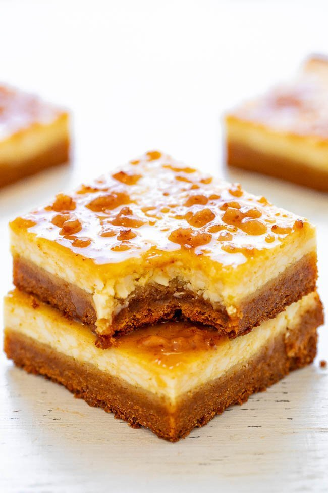 Crème Brûlée Cheesecake Bars - EASY bars that taste like crème brûlée met a cheesecake on the way to the oven with a sugar cookie crust!! Rich, sinfully decadent, and a great make-ahead dessert for parties and events!!