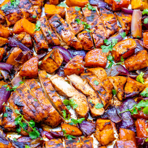 Chili and Brown Sugar Spice Rub Chicken and Sweet Potatoes - An EASY sheet pan meal that's ready in 30 minutes and loaded with layers of flavors from the spice rub - a mixture of chili powder, brown sugar, cumin, and more!!